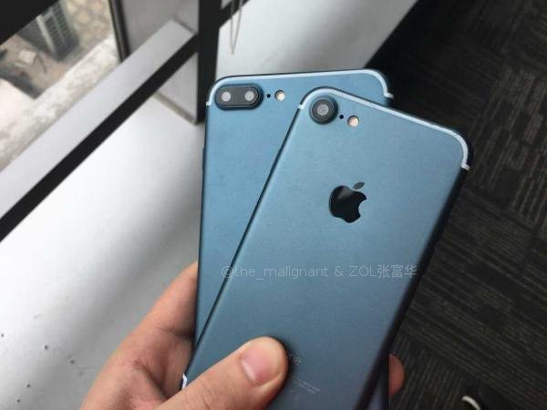 iPhone 7, 7 Plus in deep blue