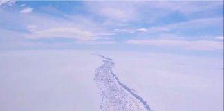 Antarctica ice berg breaking